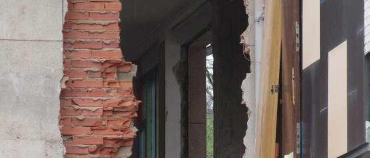 Detalle de la fachada, parcialmente demolida.