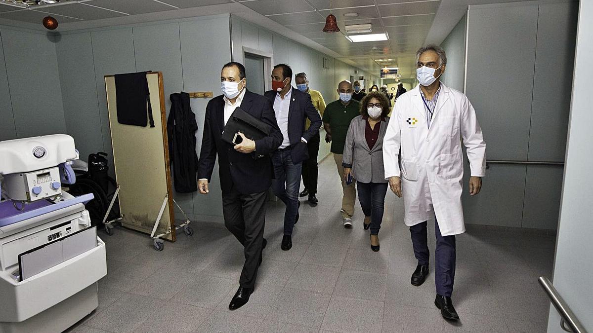 El consejero de Sanidad, Blas Trujillo, primero por la izquierda, en su última visita al hospital majorero, en diciembre pasado. |