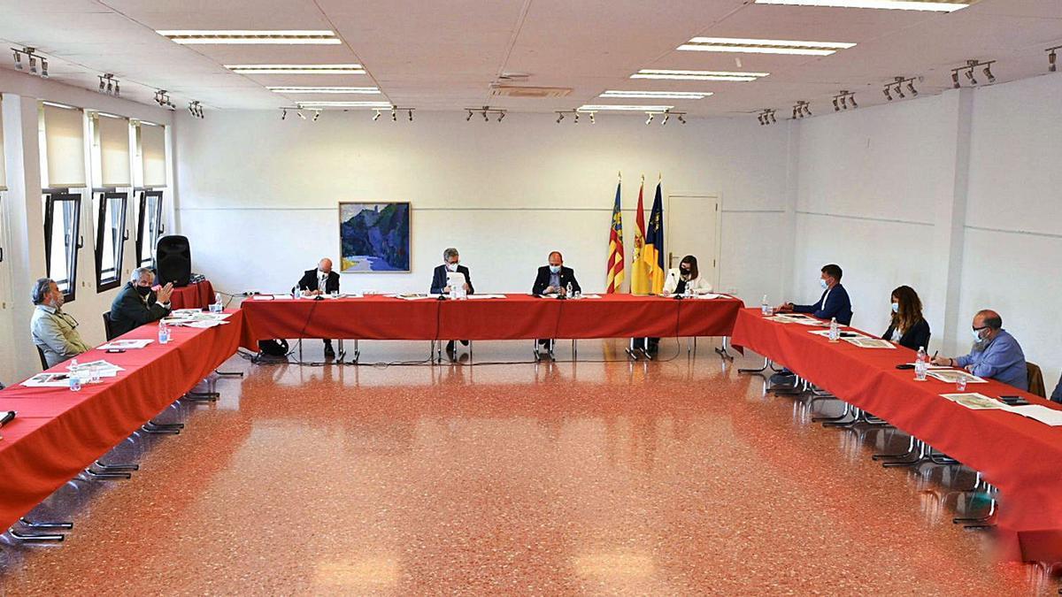 Imagen de la reunión de Conseller, Secretaria Autonómica y alcaldes, ayer en la Casa de la Cultura de Moixent   LEVANTE-EMV