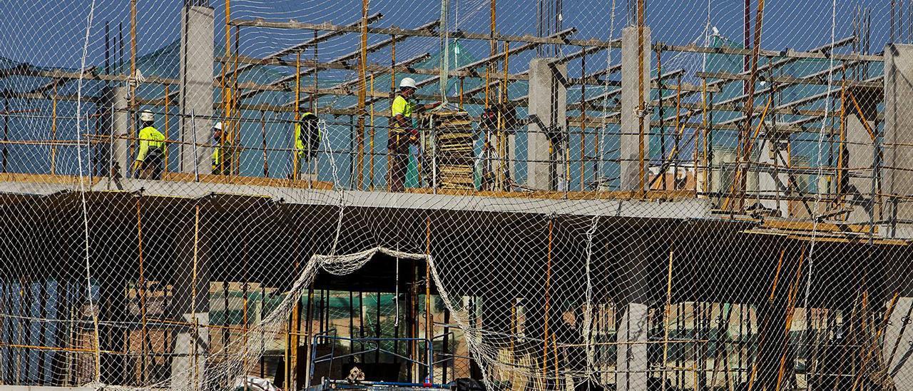 Un edificio en construcción en la ciudad de Alicante.  | RAFA ARJONES