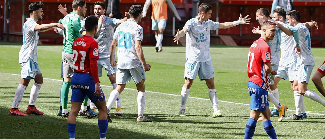 Los jugadores del Mirandés celebran su triunfo ante el Sporting en El Molinón