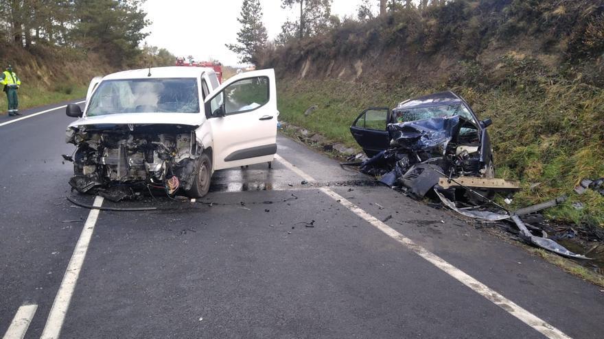 Un fallecido al colisionar una furgoneta y un coche en Aranga