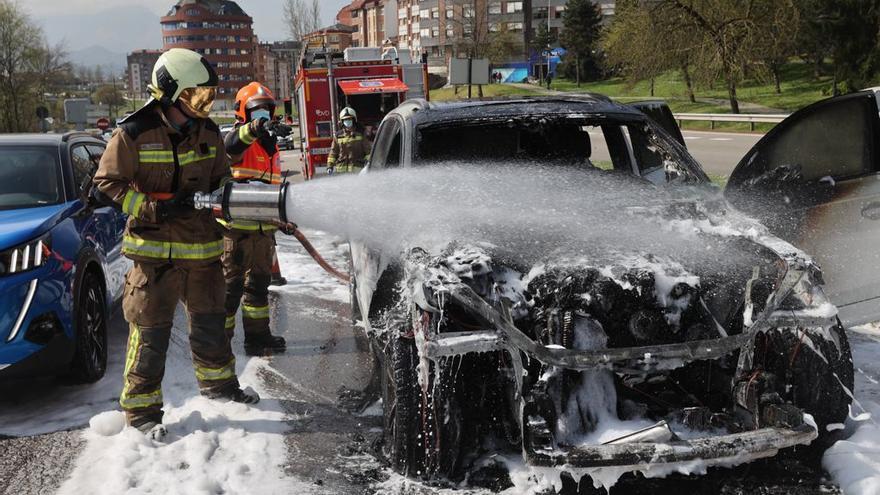 """El impactante vídeo de un coche ardiendo a la entrada de Oviedo: """"Una bola de fuego se comió el capó"""", asegura un testigo"""