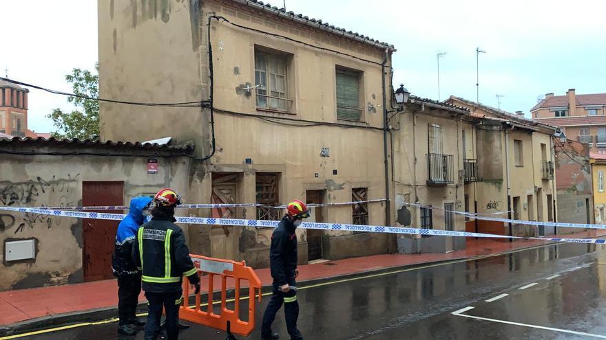 El fuerte temporal de lluvia provoca el desplome de una vivienda en la calle Barrionuevo de Benavente