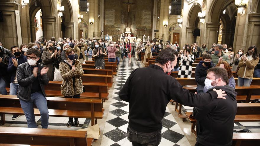 Con música de Nacho Vegas y entre aplausos: así fue la emotiva salida de los hosteleros encerrados en la iglesia de San José de Gijón