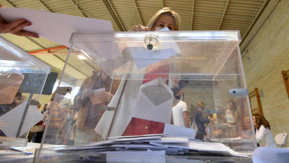 Una electoral introduce su voto en la urna en unas pasadas elecciones. // G. Santos