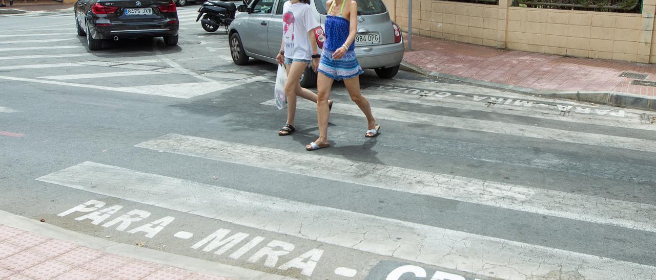 Inscripción en valenciano en un paso de cebra en Alicante, en una imagen anterior a la pandemia de coronavirus.