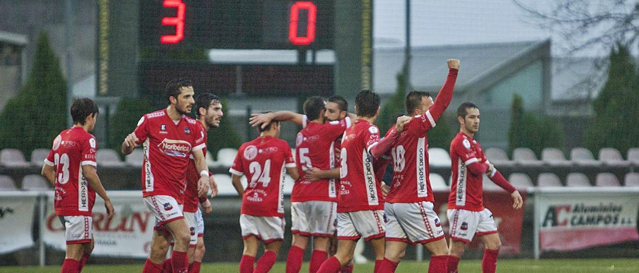El Estradense celebra el tanto que los colocaba 3-0 contra el Alondras en la primera parte. |  // BERNABÉ