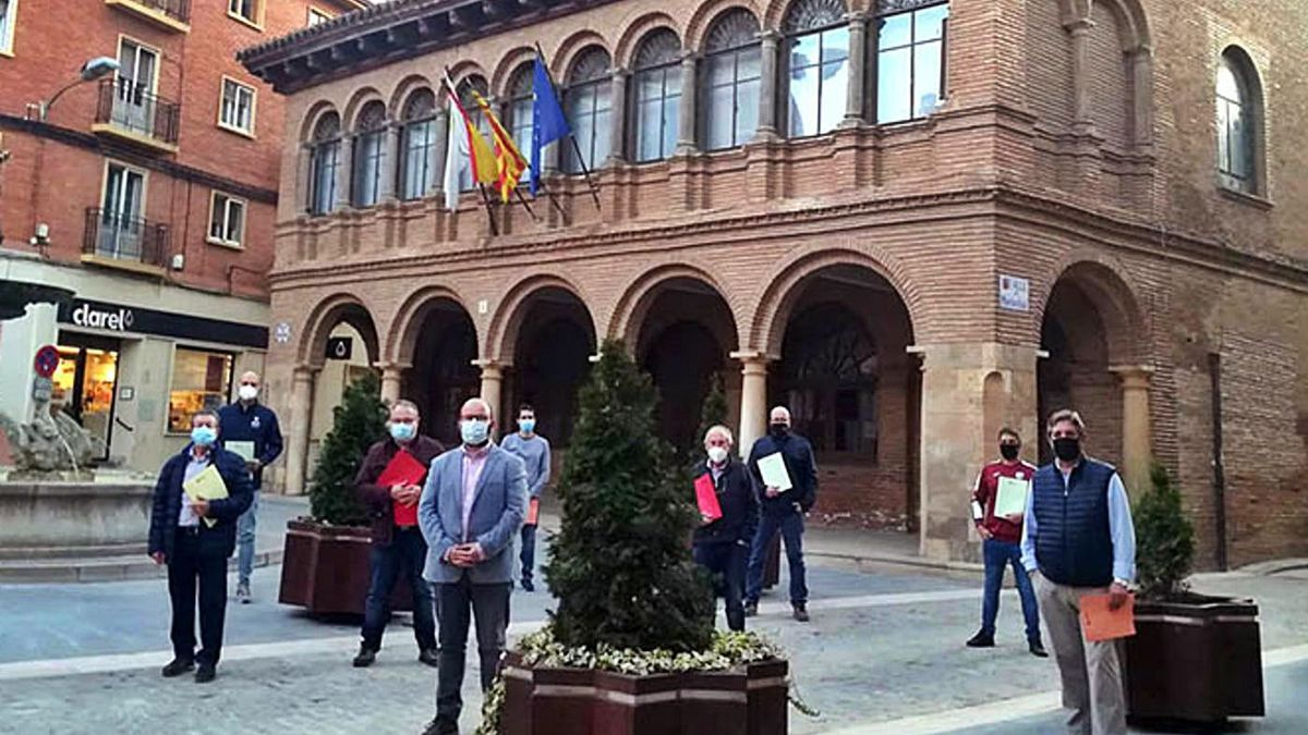 El alcalde Sergio Ortiz y los representantes de las asociaciones locales firmantes del convenio. | SERVICIO ESPECIAL