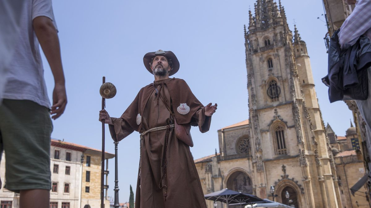 Un actor, en la plaza de la Catedra, caracterizado de peregrino, durante una de las visitias guiadas previas a la pandemia
