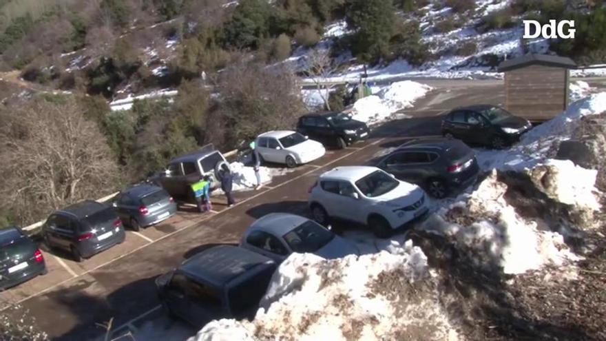 La neu atreu al Montseny visitants que esquiven el confinament municipal