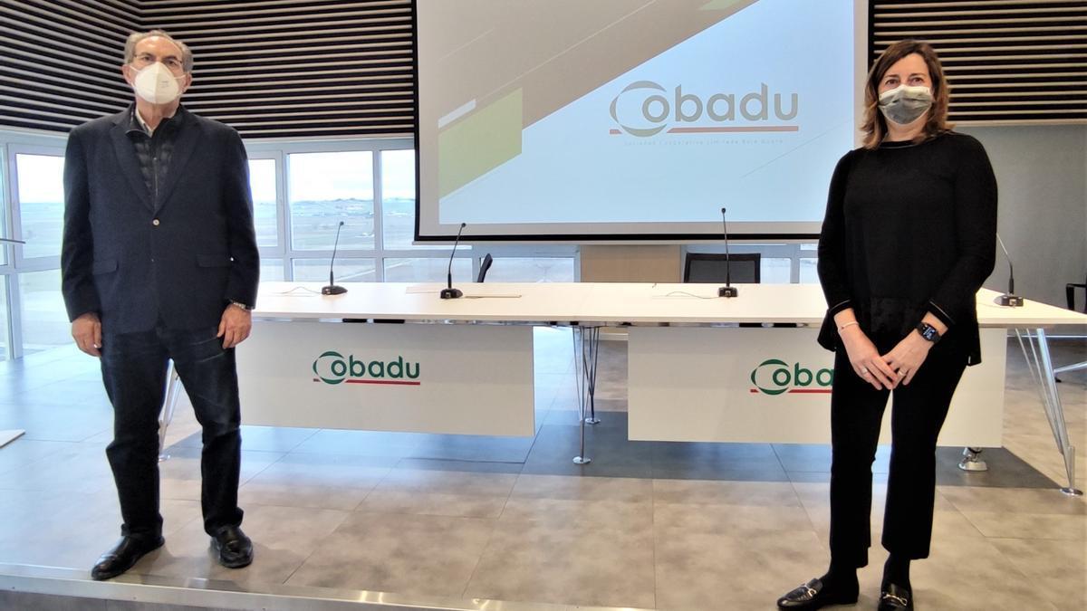 El director general de Cobadu, Rafael Sánchez Olea, junto a una representante de Aenor