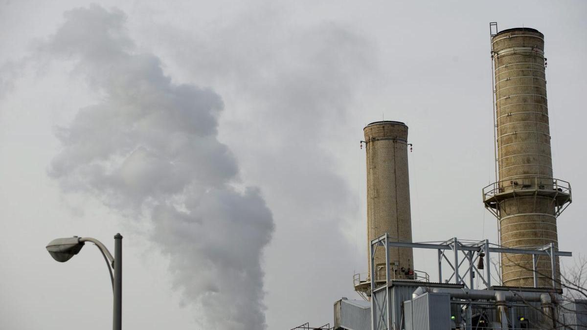 Una columna de humo sale de una chimenea de una planta de carbón en Washington.
