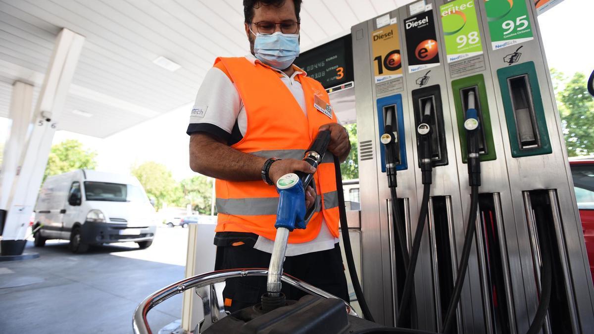 Trabajador de una gasolinera.
