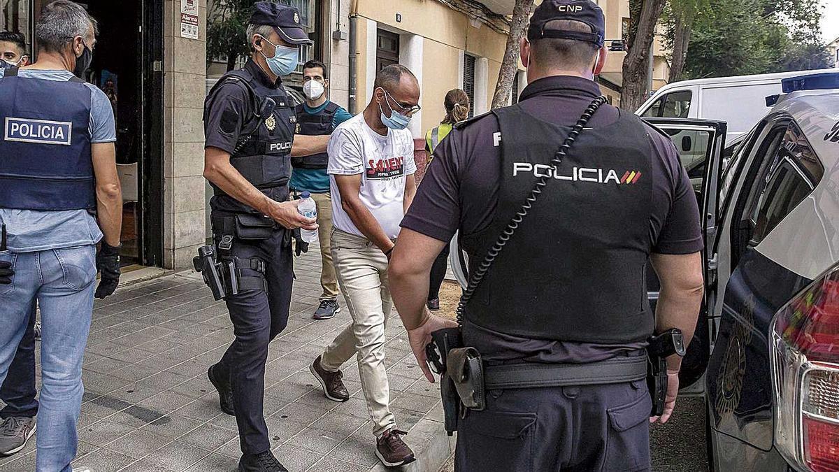 Agentes de Policía custodian a uno de los detenidos en la operación de ayer.