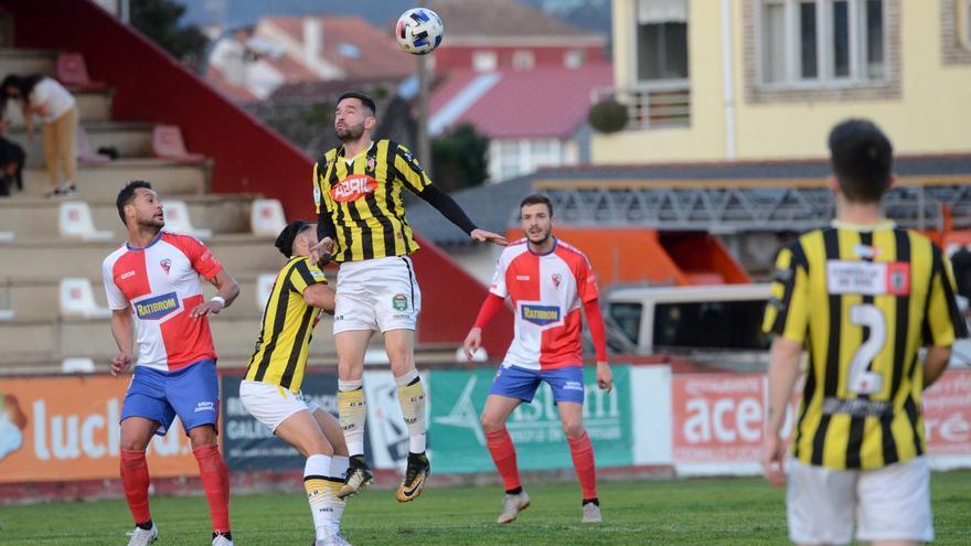 El Arosa ya saborea la fase de ascenso tras vencer por 2-0 al Rápido de Bouzas