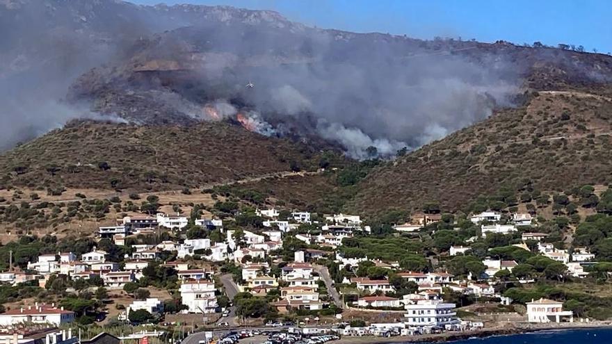 Pla tancat de la fumarada de l'incendi de Llançà vist des del Port de la Selva, el 17 de juliol del 2021 (Horitzontal).