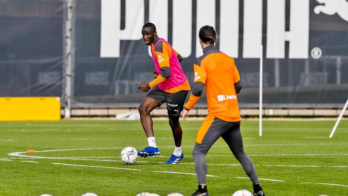 Diakhaby, ayer, en el entrenamiento del Valencia.  Lázaro de la peña