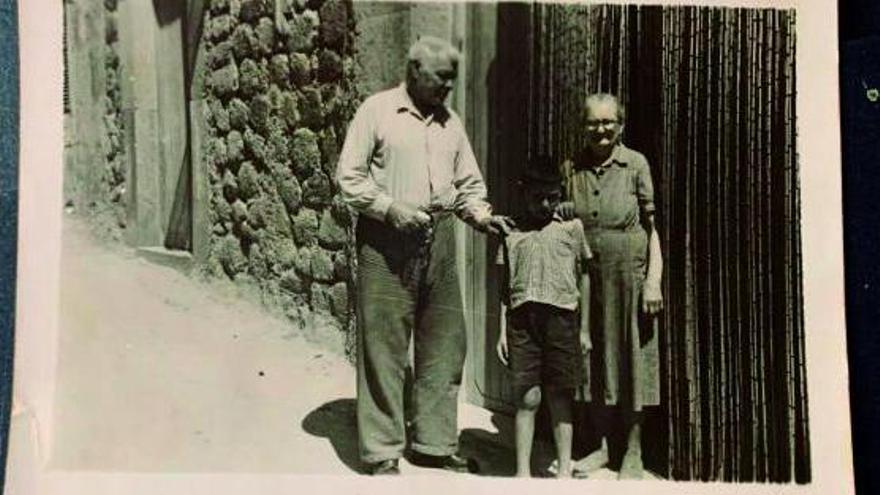 Los fundadores de Can Molinas y uno de sus nietos en los años 50.