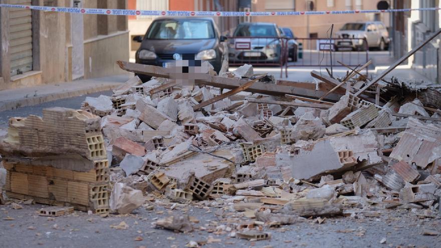 La fachada de una vivienda se derrumba en la calle Miguel Hernández de Aspe