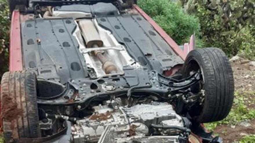 Vuelca un vehículo en Buenavista tras chocar con otro coche