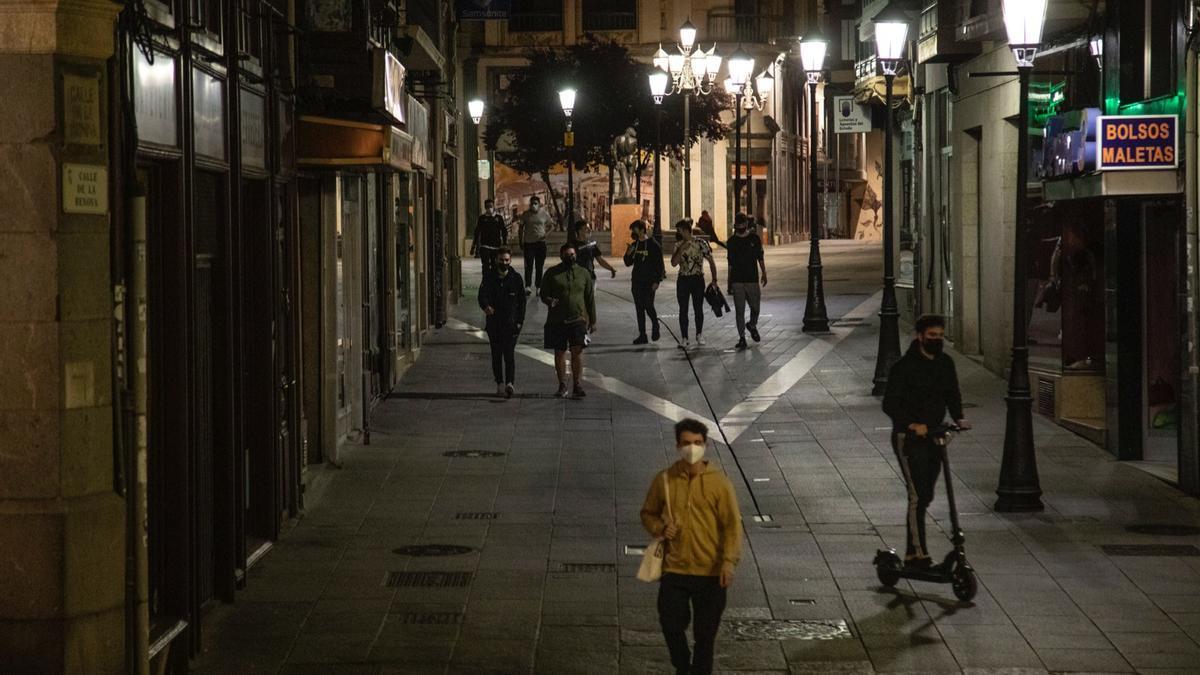 Un puñado de personas en las calles de Zamora pasada la medianoche.
