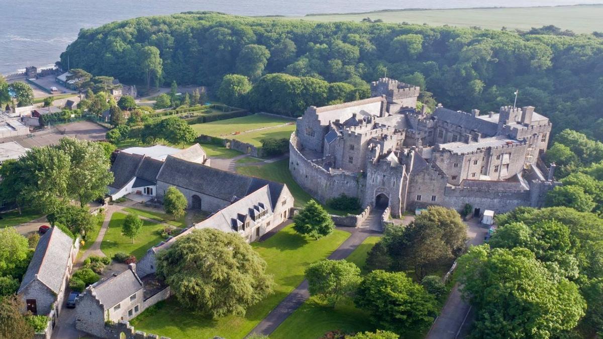 El centro tiene como emblema el castillo St Donat's, del siglo XII, que corona su campus