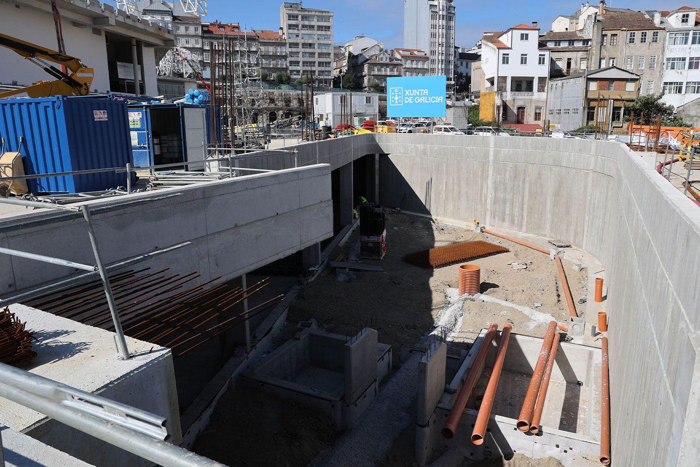 Acceso y zona ajardinada en la futura estación de buses