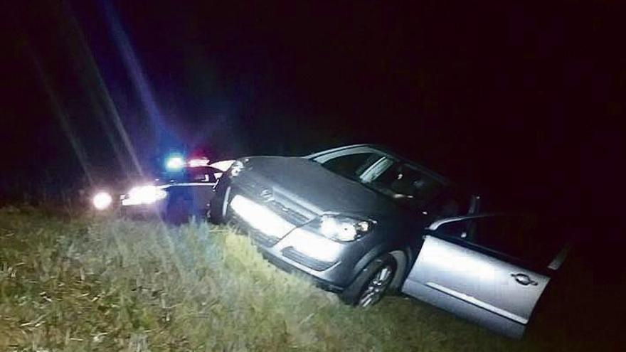 Un conductor ebrio y sin carné deja su coche e intenta huir a pie de un control en A Gudiña