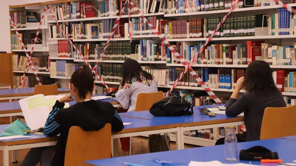 Estudiantes con mascarilla en una biblioteca de Córdoba.