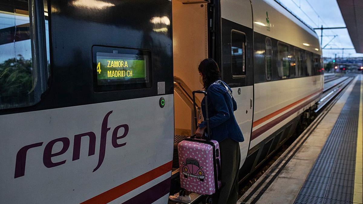 Una pasajera accede a un vagón del Alvia en la estación de Zamora.
