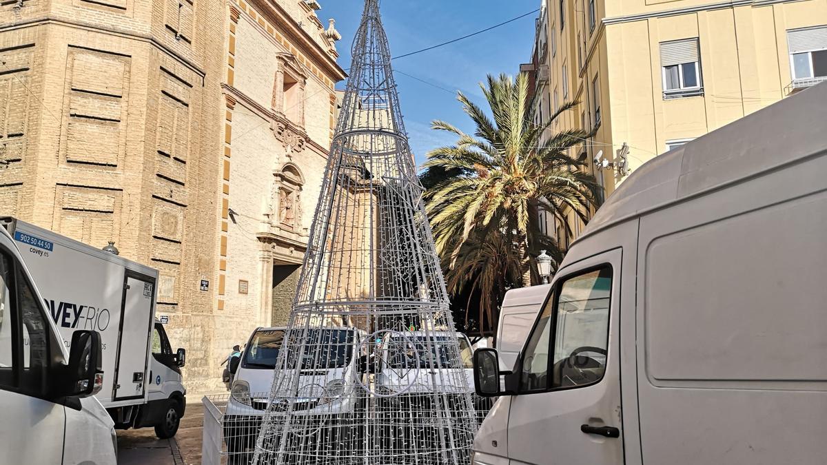 Los árboles de luz ya han llegado a las plazas de los barrios, como éste de Russafa.