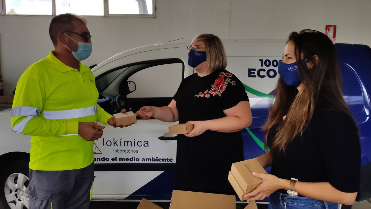 """Beatriz Revaliente, Directora de Recursos Humanos de Lokímica, hace entrega del """"Kit Covid-19"""" a los trabajadores"""