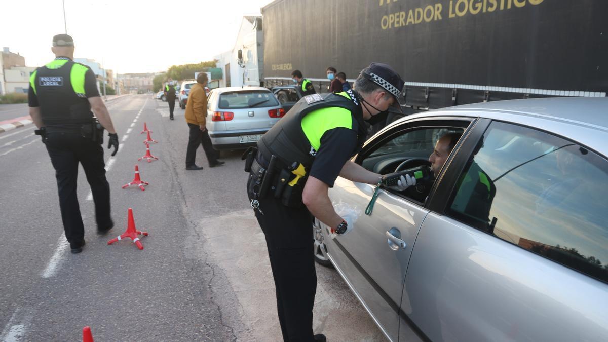 Los agentes de la Policía Local de l'Alcora realizaron 40 pruebas de alcoholemia el viernes y otras 20 el sábado.