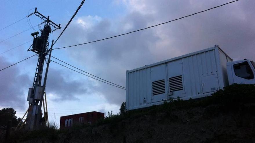 Casi 90 vecinos se quedan sin luz al incendiarse una torre