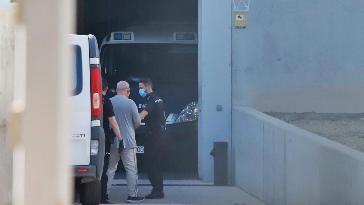 El acusado al ser trasladado por los agentes.