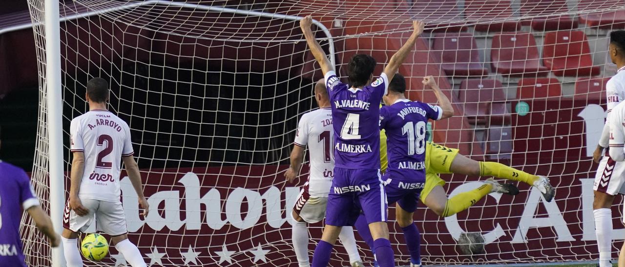Los jugadores del Sporting celebran el gol de la victoria ante el Albacete