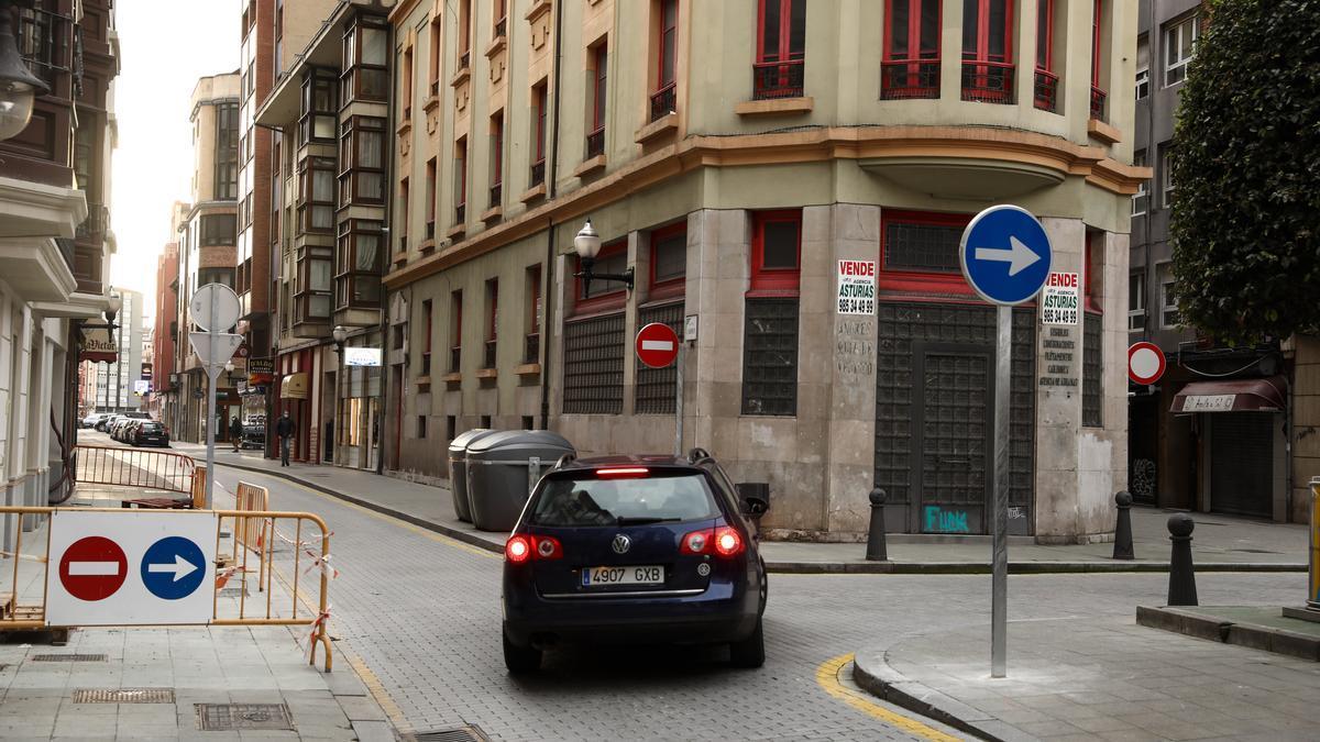 """Un vehículo gira hacia la calle Cervantes tras el cambio de tráfico en la calle del Carmen, a la altura de la plaza de """"El Presi""""."""