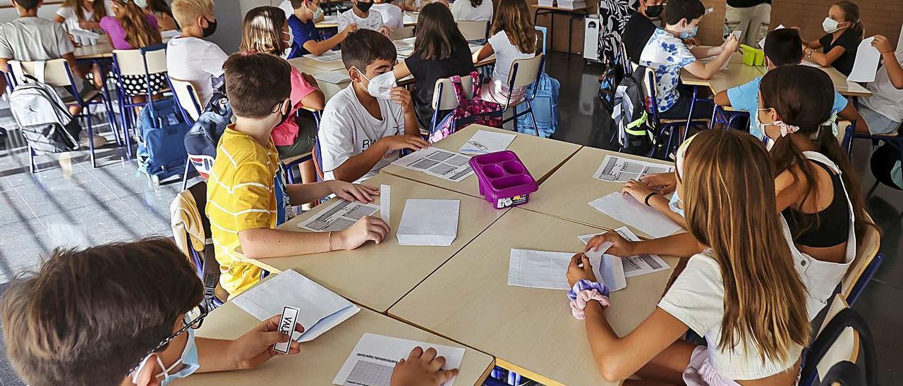 Trabajo en equipo y dos docentes en el aula: la enseñanza tiende a personalizarse.   HÉCTOR FUENTES