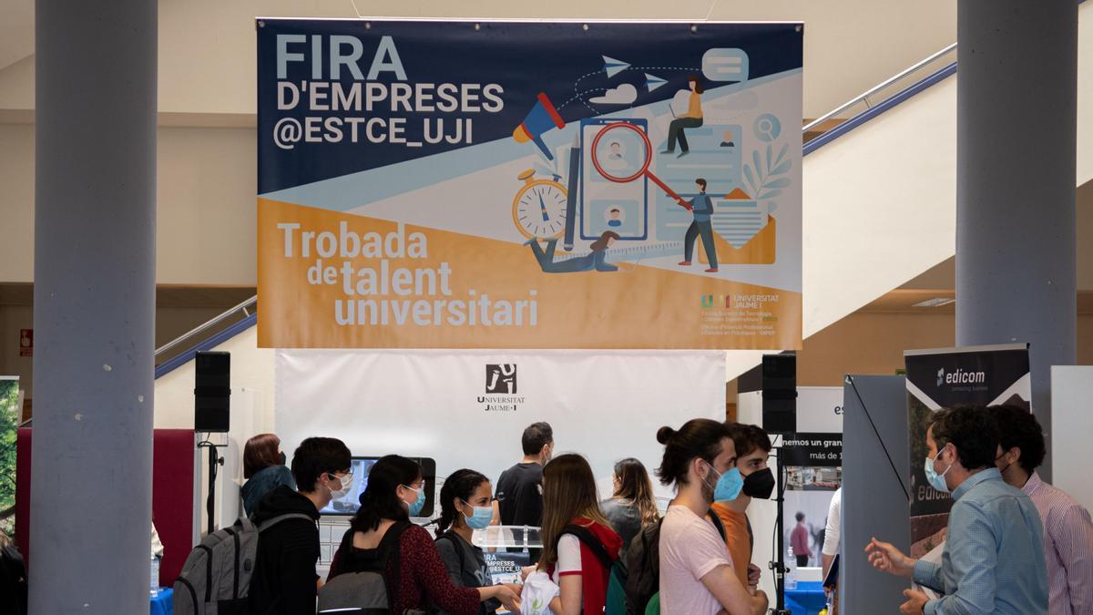 Feria de Empresas 2021 en el vestíbulo de la Escuela Superior de Tecnología y Ciencias Experimentales.