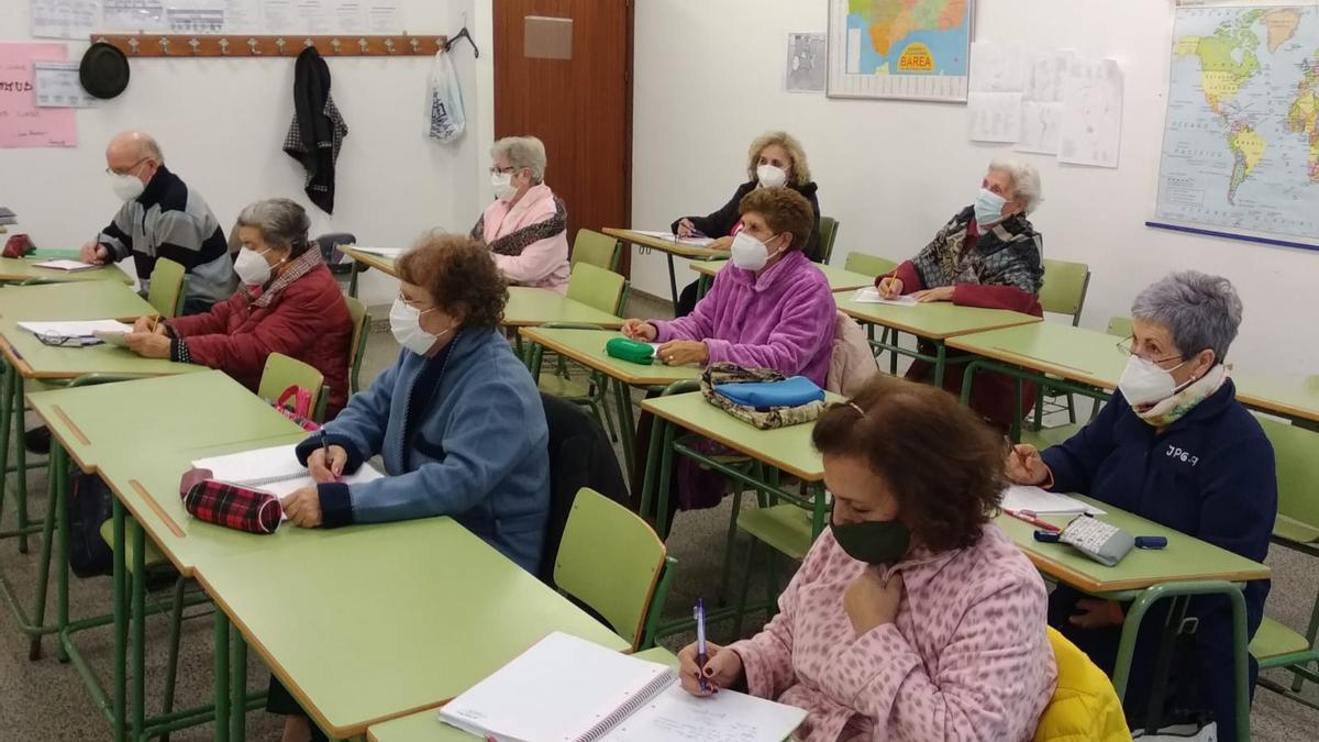 Clase de educación de adultos en el Parque Cruz Conde.