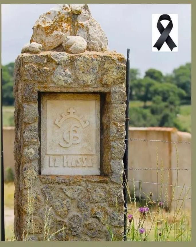 Entrada a la finca que incluye el emblema del hierro familiar que han compartido entidades taurinas para mostrar el duelo por la pérdida de Guillermo.