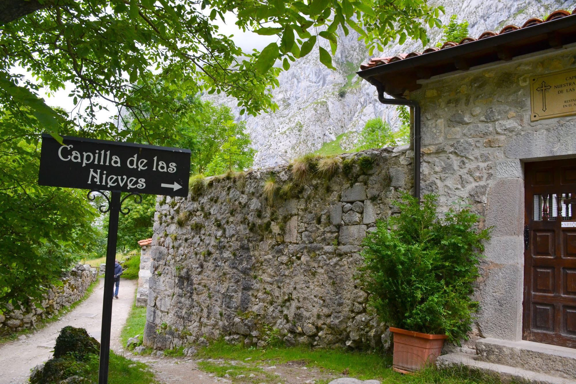 Señalización de la capilla de la Virgen de Las Nieves, a la entrada del pueblo.