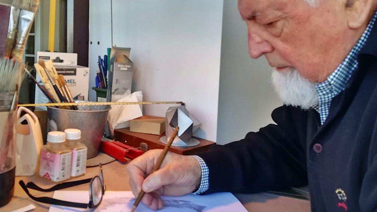 Manuel Ferreiro Badía, en el estudio que tiene en casa.     // CEDIDA POR EL MATRIMONIO FERREIRO RIOBÓO