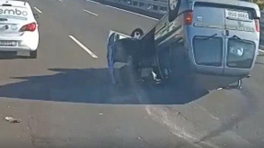 Un vehículo vuelca en la autopista del Sur
