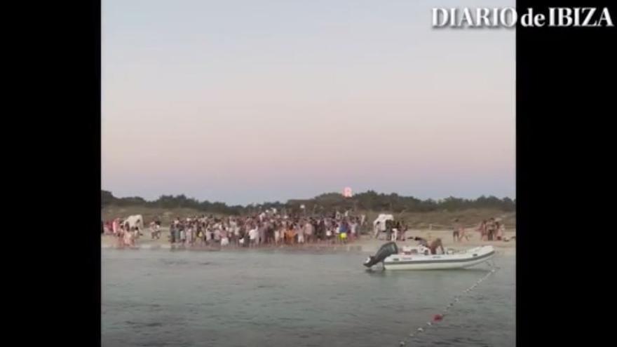 Multitudinaria fiesta en una playa de Formentera