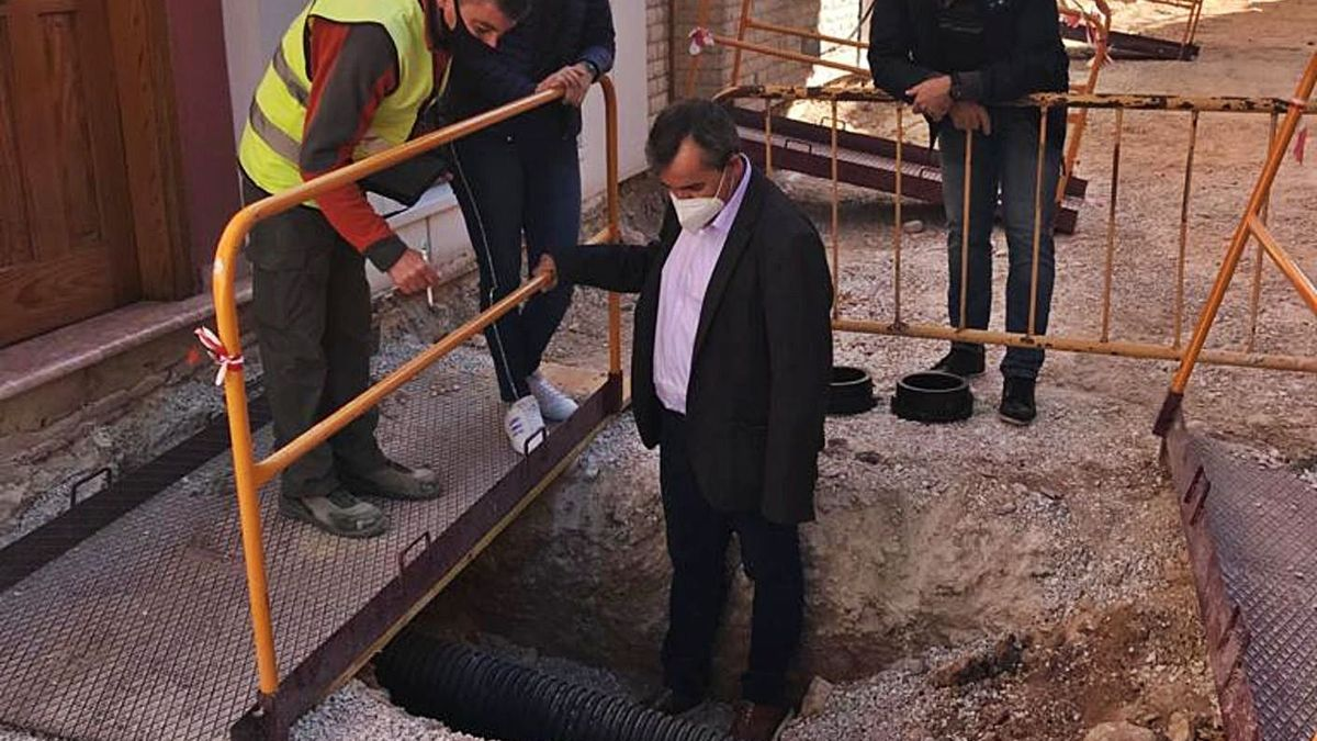 El alcalde y los concejales de Urbanismo y Cultura visitando el acceso al refugio antiaéreo.