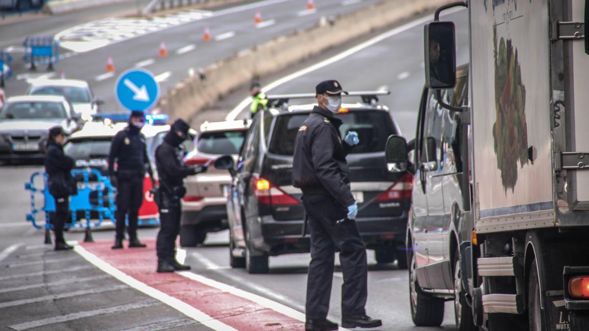 Fotografía de archivo de controles policiales en Alcoy.