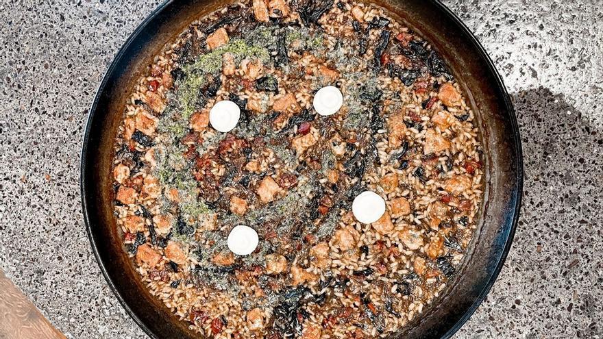 Cómo hacer un arroz de montaña potente: con secreto ibérico y trompetas de la muerte