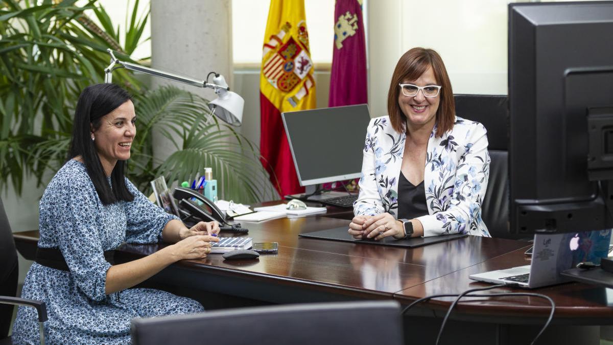 Isabel Franco, en una videoconferencia junto a la Directora General de Mujer, antes de aplicarse las medidas covid en la Región.